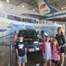 mom-kids-pres-limo-airforce-1-behind